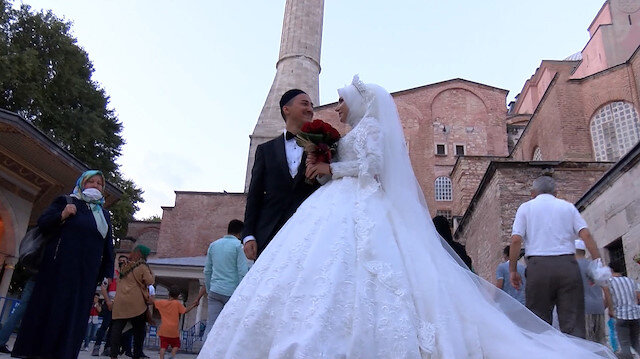Almanya'da evlenecek olan çift önce gelinlik ve damatlıkla Ayasofya Camisine geldi