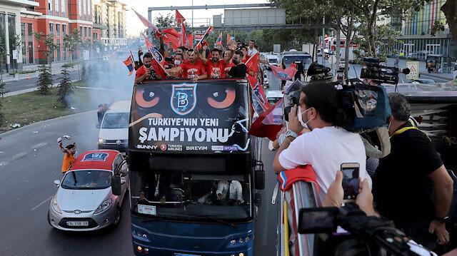 Başakşehirli futbolcular otobüsle şampiyonluk turu attı