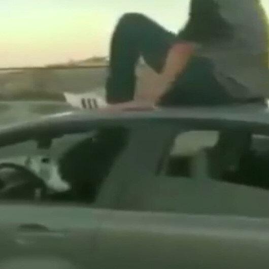 İzmirde trafik magandaları üzerine çıktıkları aracı ayaklarıyla kullandı