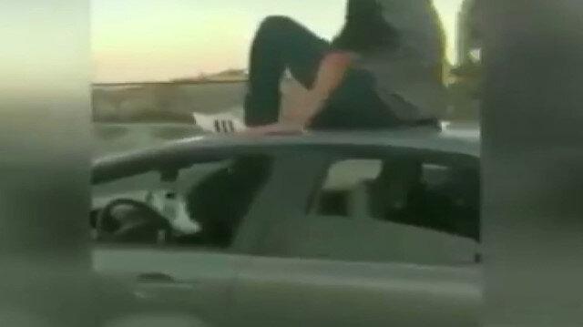 İzmir'de trafik magandaları üzerine çıktıkları aracı ayaklarıyla kullandı