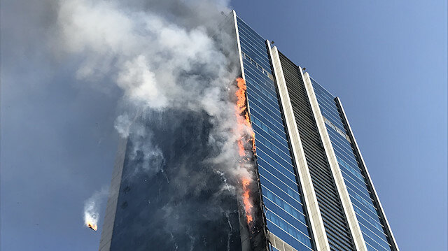 Ankara'da iş merkezinde korkutan yangın: Binadan kopan parçalar etrafa yayılıyor
