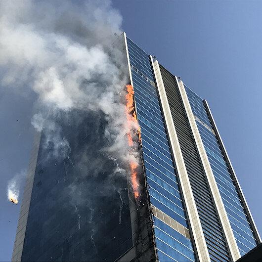 Ankarada iş merkezinde korkutan yangın: Binadan kopan parçalar etrafa yayılıyor