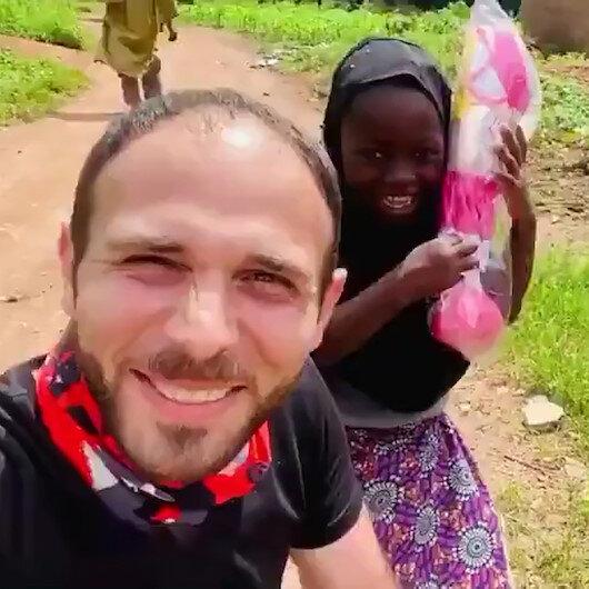 Nijeryalı yetim Cemileye verilen hediye sonrası yaşadığı tarifsiz mutluluk
