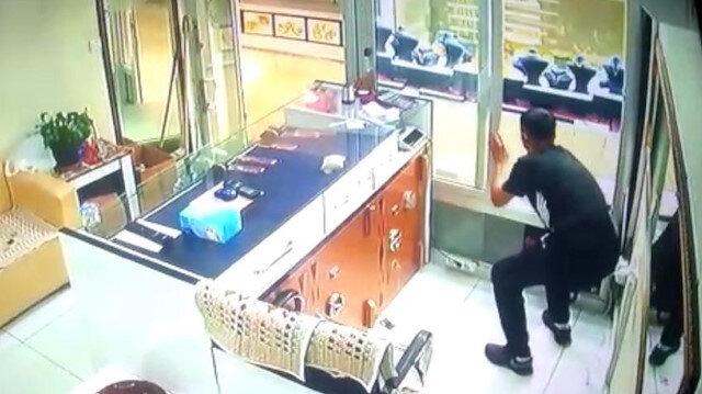 Gözü dönmüş soyguncu, aynı kuyumcuyu birkaç dakika arayla iki kez soydu