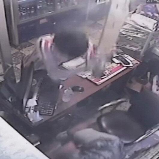 Trabzonda büfeye dalan Özbek uyruklu genç, büfe sahibine elindeki çivili kalasla saldırdı