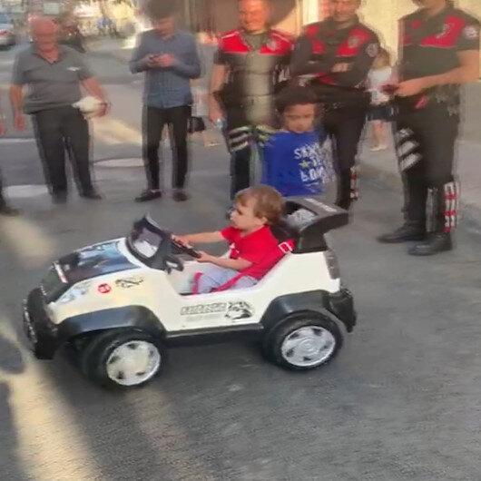 Aralarında para toplayan polisler, şehit meslektaşlarının oğluna bayram öncesi akülü araba hediye etti