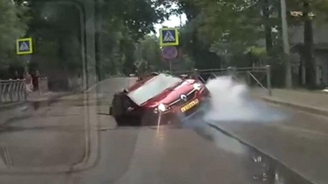 Rusya'da yol çöktü, otomobil çukura düştü: O anlar kamerada