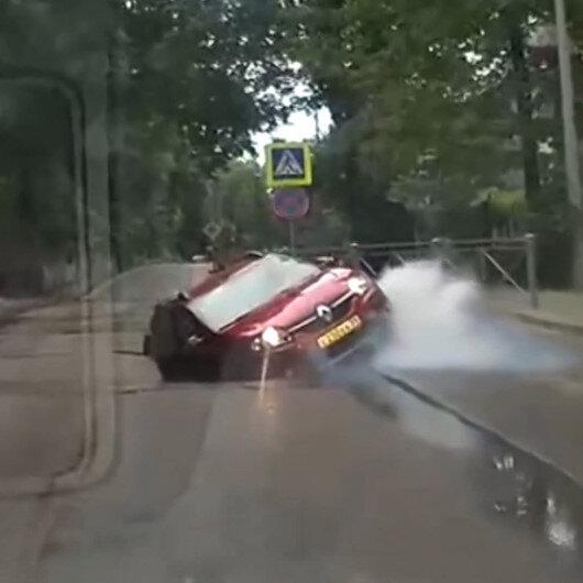 Rusyada yol çöktü, otomobil çukura düştü: O anlar kamerada