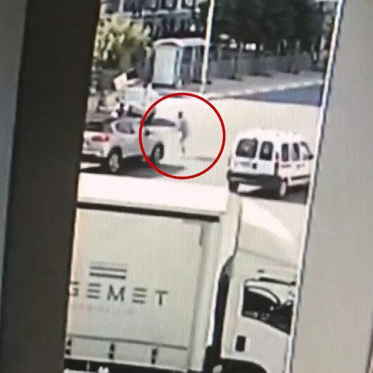 Kadın sürücü yolun karşısına geçen çöp toplayıcısına böyle çarptı