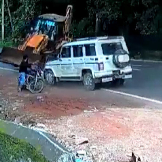 Hindistan'da yol kenarında hareketsiz duran motosikletli genç ölümden döndü