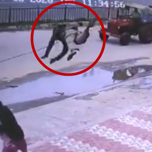 Hindistanda yaşanan akılalmaz kaza kameraya yansıdı