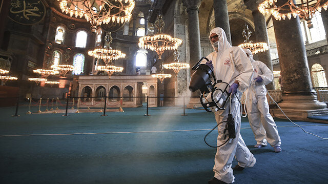 Ayasofya Camii'nde bayram hazırlığı: Dezenfektan ve gül suyu ile temizlendi