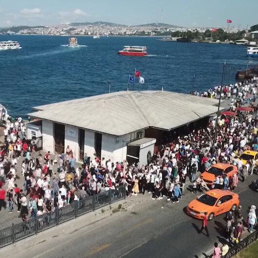 Eminönü İskelesi tıklım tıklım: Korkutan kalabalık havadan görüntülendi