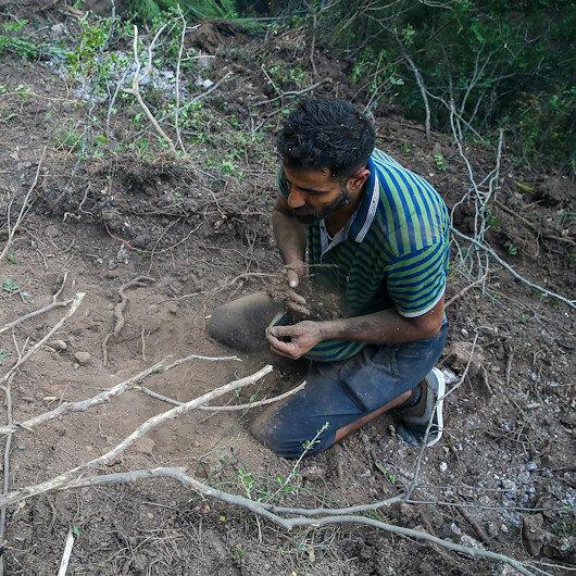 Suriyeli Hasan İzmirdeki yangını söndürmek için avuçlarıyla toprak taşıdı
