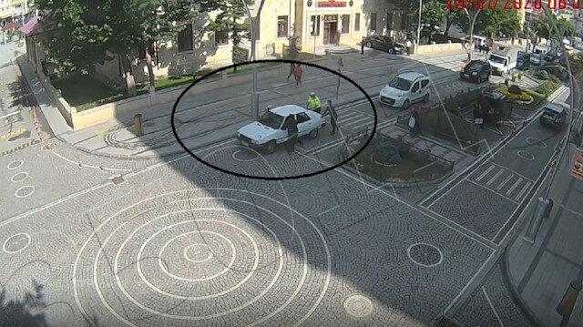 Aracı arıza yapan sürücünün yardımına polis memuru yetişti