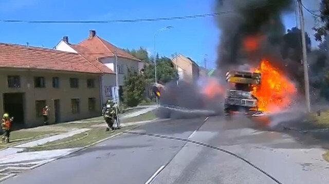 Çekya'da itfaiyeciler kamyondan fırlayan tekerleğin altında kalmaktan son anda kurtuldu