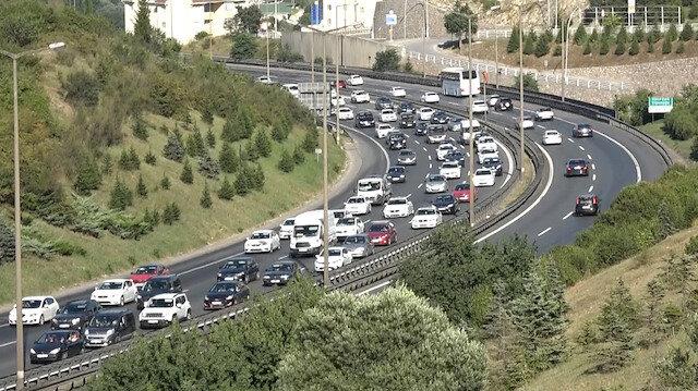 Tatilcilerin İstanbul'a dönüş yolculuğu başladı: TEM Otoyolu'nda trafik oluştu