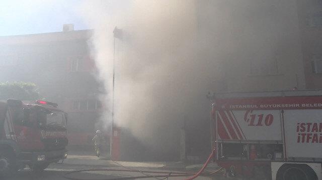 Pendik'te bir iş yeri alev alev yandı