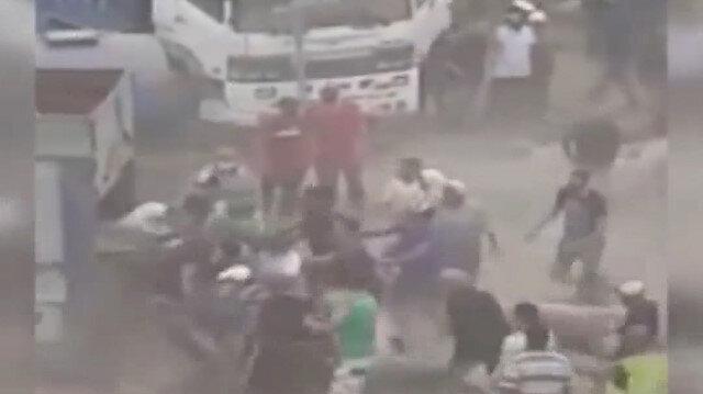 Satıcılarla kavga eden vatandaşlar kurban pazarını yağmaladı