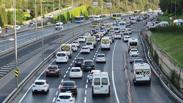 Bayram tatilinin bitmesiyle İstanbul trafiğine uzun araç kuyrukları oluştu