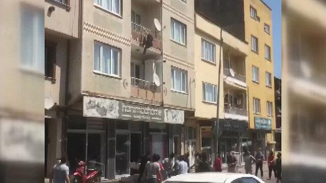 Balkondan atlayan kadın ölümden döndü: Çevredekilerin kaldırıma koyduğu yatak hayatını kurtardı