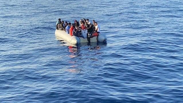 Yunanistan tarafından motorları sökülerek Türk kara sularına geri itildiler: Lastik bot içerisindeki 88 düzensiz göçmen kurtarıldı