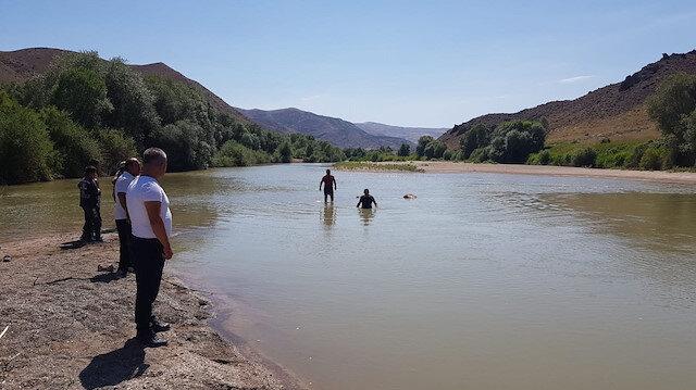 Kızılırmak'a giren kardeşler iki kardeş boğuldu: Babaları kayıp