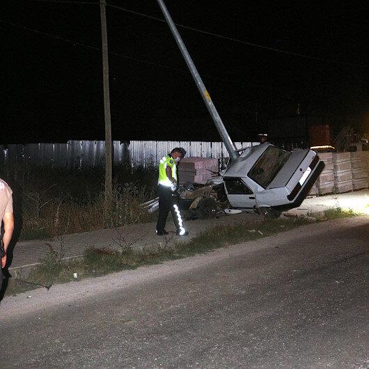 Tokatta aydınlatma direğine çarpan otomobil ikiye bölündü, 1 ölü