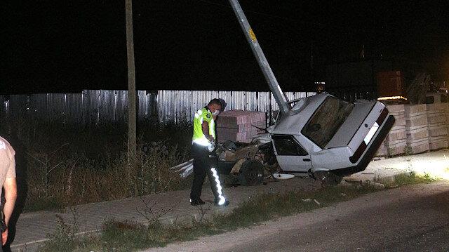 Tokat'ta aydınlatma direğine çarpan otomobil ikiye bölündü, 1 ölü