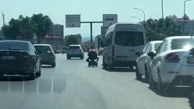 Akülü aracında dizine bir başkasını oturtup trafikte yürekleri ağza getirdi