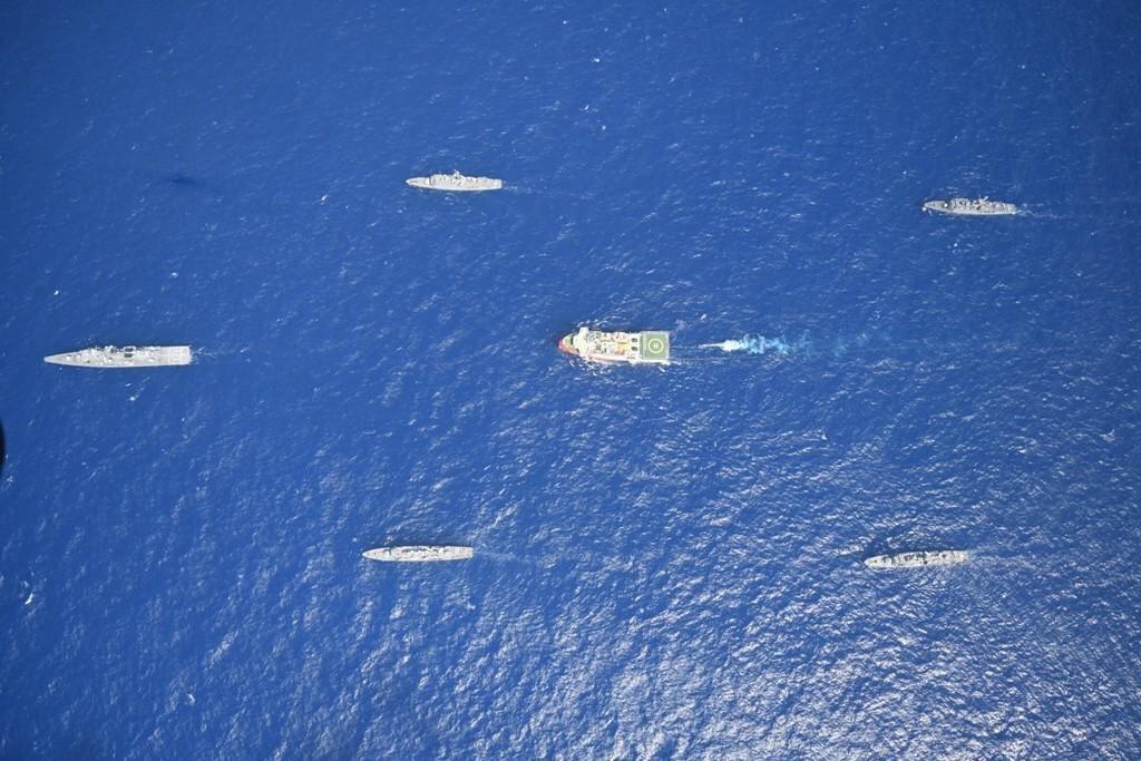 Oruç Reis, donanmamızın eskortluğunda kablo döşemeye devam ediyor.