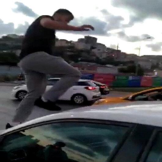 Alibeyköyde trafik magandası tartıştığı kadın sürücünün araç kaputuna çıkarak camlarını kırdı