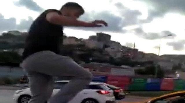 Alibeyköy'de trafik magandası tartıştığı kadın sürücünün araç kaputuna çıkarak camlarını kırdı