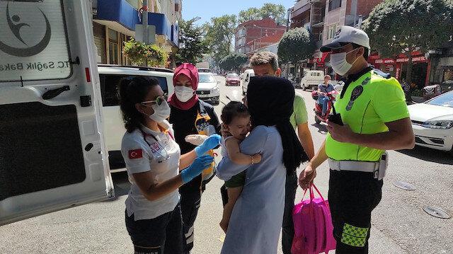 Pusetteki bebeğiyle yürürken otomobil çarpan anne bebeğiyle birlikte yola savruldu: Anne gözyaşlarına hakim olamadı