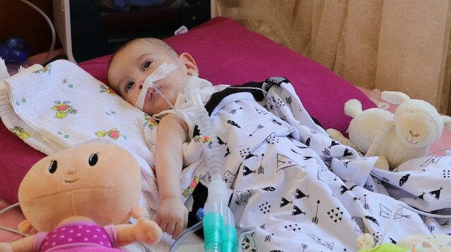 Umut bebek hayata tutunmak için ilacını bekliyor