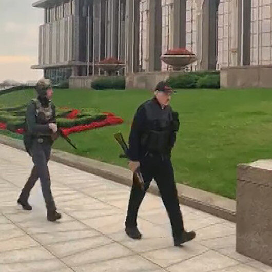 Belarusta Cumhurbaşkanı Lukaşenko, elinde otomatik silah ile saraya geldi