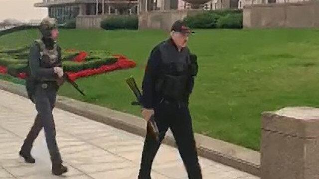 Belarus'ta Cumhurbaşkanı Lukaşenko, elinde otomatik silah ile saraya geldi