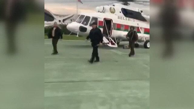 Belarus Cumhurbaşkanı Lukaşenko, konutuna elinde tüfekle geldi