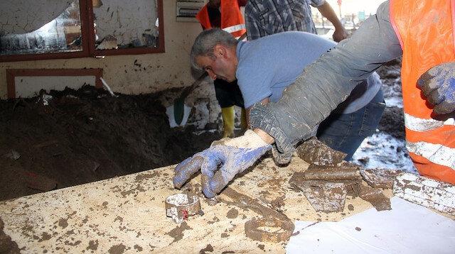 Giresun'da sel felaketi: Kuyumcu çamur içinde altınlarını aradı