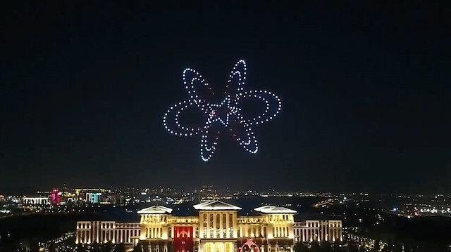 Cumhurbaşkanlığı Külliyesinde 30 Ağustos Zafer Bayramı için 300 İHA gökyüzünü aydınlattı