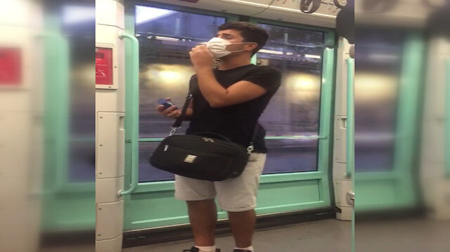 Bağcılar'da tramvayda söylediği yabancı şarkıyla yolcuları şaşırttı