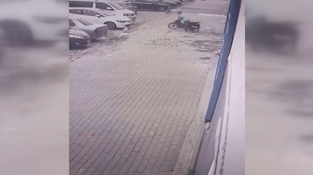 Bursa'da güpegündüz motosiklet hırsızlığı güvenlik kamerasına yansıdı