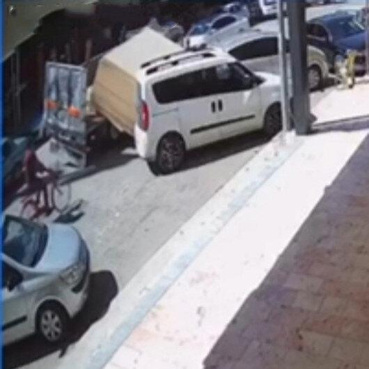 Bursada kamyonet kasasındaki 5 tonluk sunta park halindeki araçlara ok gibi saplandı