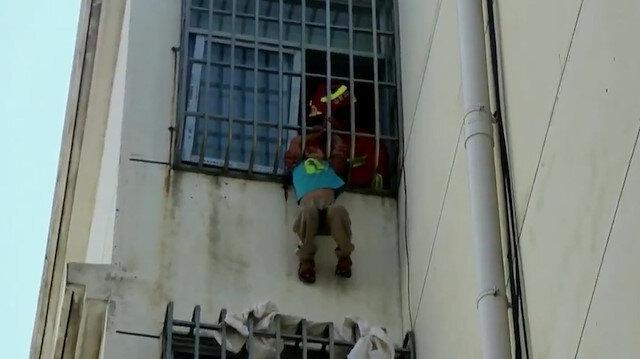 Çin'de kafası pencere demirlerine sıkışan çocuğu itfaiye ekipleri kurtardı
