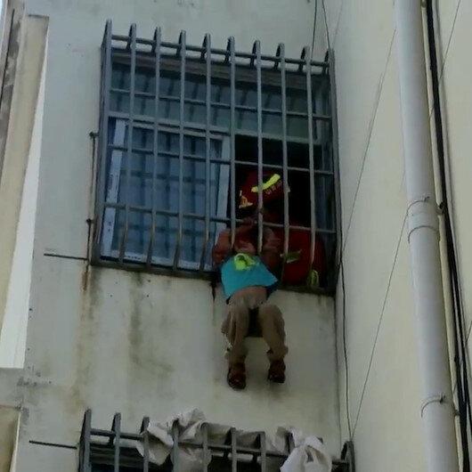 Çinde kafası pencere demirlerine sıkışan çocuğu itfaiye ekipleri kurtardı