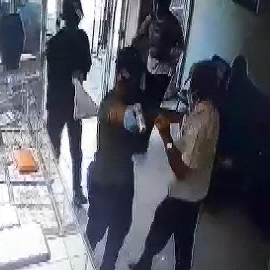 Adanada maskeli, silahlı hırsızların kuyumcudan altın çaldıkları anlar kamerada