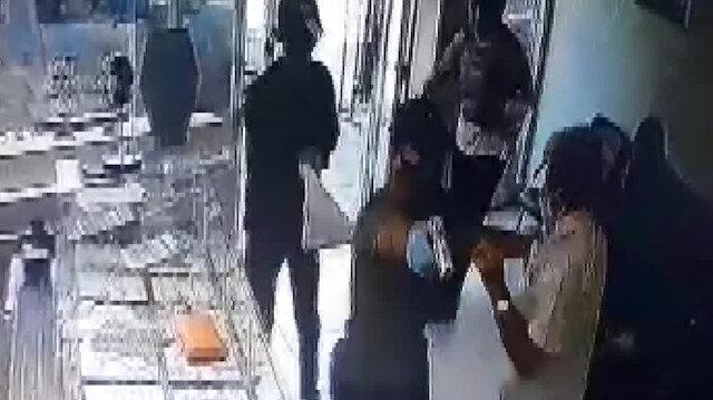 Adana'da maskeli, silahlı hırsızların kuyumcudan altın çaldıkları anlar kamerada
