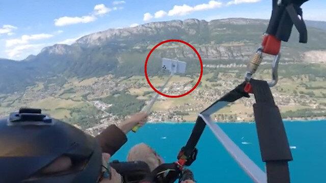 Yamaç paraşütü yapan kadının metrelerce yüksekten düşen cep telefonu kameraya yansıdı