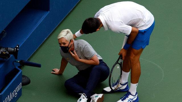 Novak Djokovic'in sinirlenip kenara attığı top, çizgi hakeminin boğazına geldi