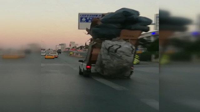 Kasasında karton yığınlarıyla E-5'te ilerleyen otomobil şaşkına çevirdi